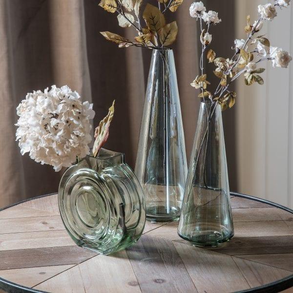 Vintage-dried-ivory-white-hydrangea-bloom-in-glass-vase
